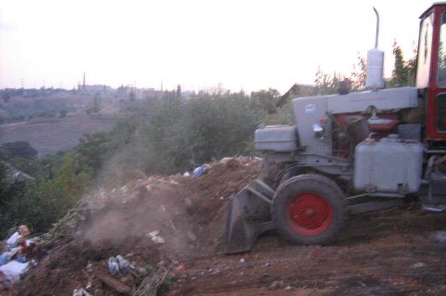 Тонны зловонного мусора закапывал трактор
