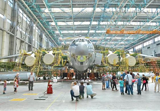 """А ещё мы строим самолёты! Через несколько лет выпуск могучих транспортников Ил-76МД-90 на """"Авиастаре"""" должен составить 18 самолётов в год."""