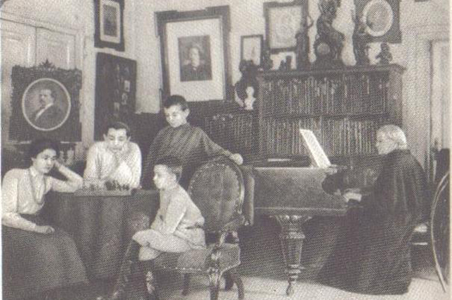 Молодой Тухачевский с семьей в 1904 году.