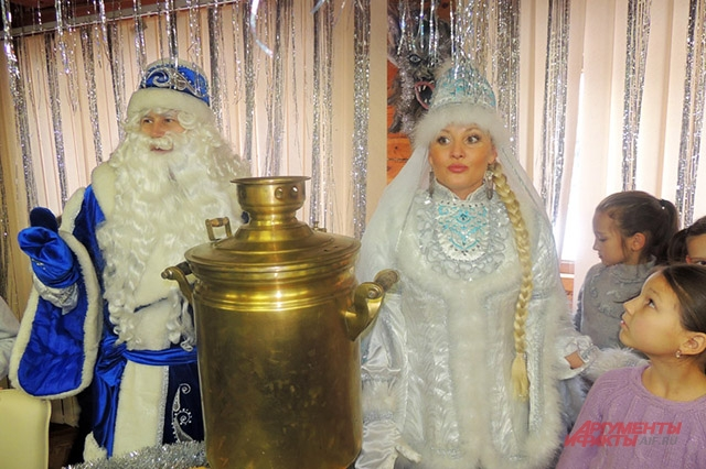 Кыш Бабай со своей дочерью Кар Кызы. Костюм Кар Кызы напоминает национальное платье татарок: на платье нагрудное украшение изю. На голове калфак