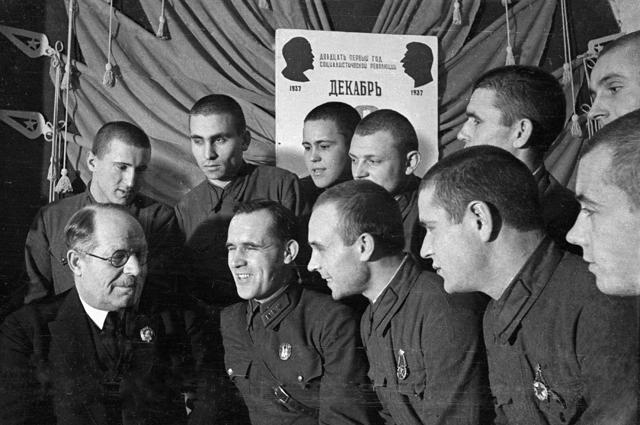 Николай Бурденко встречается с бойцами Пролетарской дивизии. 1938 год.