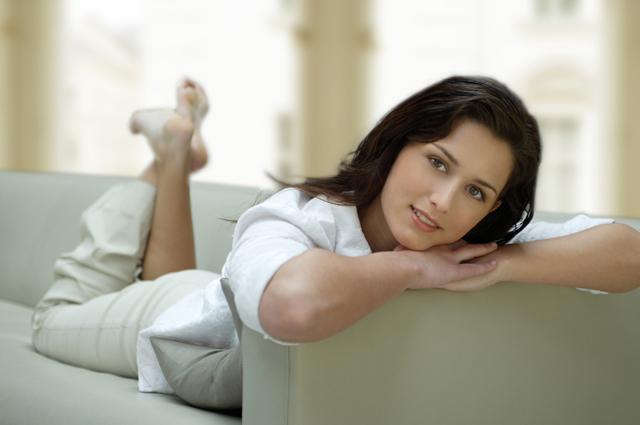 Женщина, диван, лень