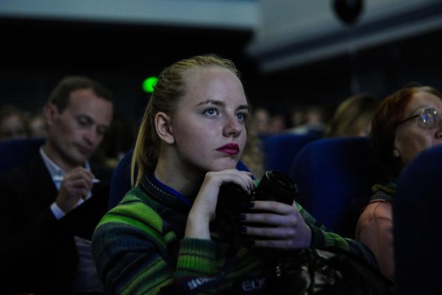 Публика слушает поэмы писателя...