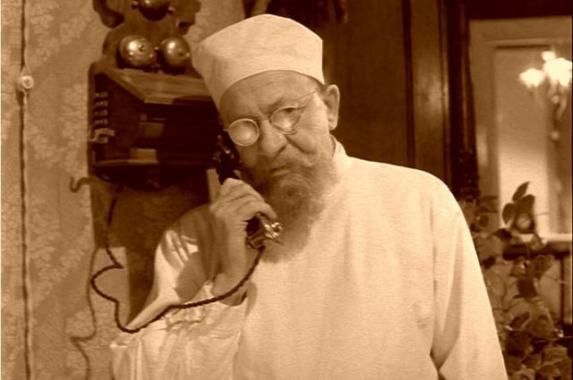 В самом начале фильма герой Евстигнеева звонит высшему руководству страны.