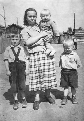 Баранова Пелагея Степановна, на руках сын Виктор (отец Даниса Баранова), слева Алексаандр, справа Валерий. Дер. Подпорог Сухобузимского р-на, 1959 год