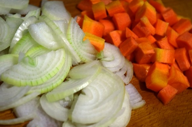 Во время тушения лук станет мягким, а моркови вберет в себя вкус масла и мяса