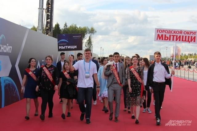 Выпускники на красной ковровой дорожке.