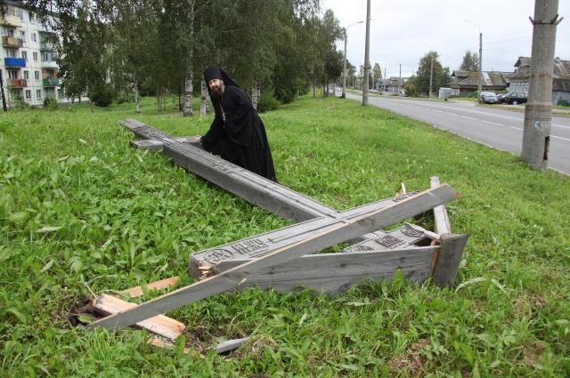 Так крест выглядел, когда его снесли в 2012 году.