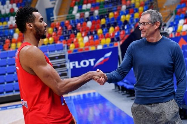 Джоэл Боломбой и главный тренер сборной России по баскетболу Сергей Базаревич.