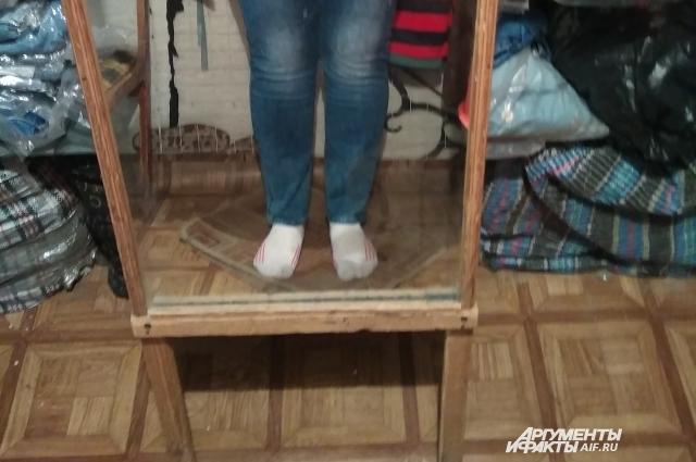 Как лет тридцать назад, я снова примеряю джинсы, стоя на картонке, точнее, на куске линолеума.