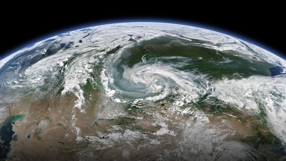 Циклон вихрем выносит дым от лесных пожаров в Красноярском крае в Западную Сибирь и на Урал.