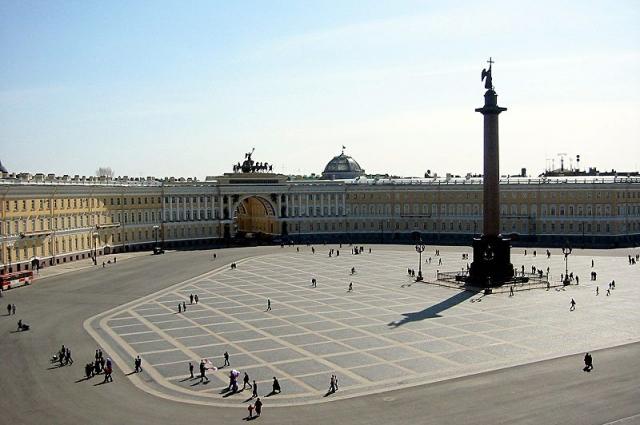 Дворцовая площадь стала почти политической проблемой.