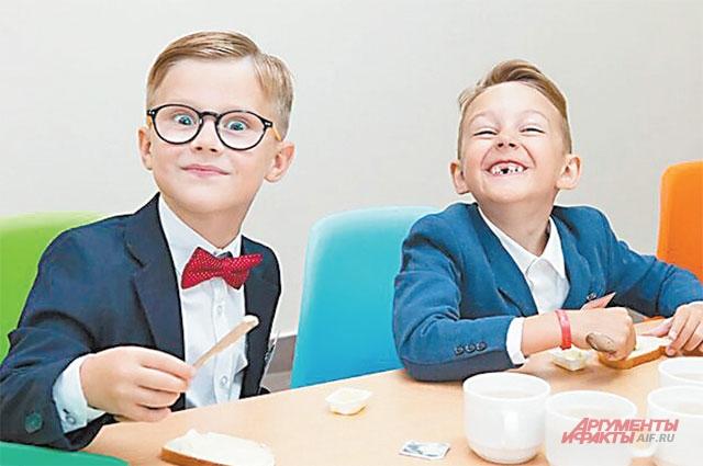 Первоклассники осваивают обновлённую столовую школы.