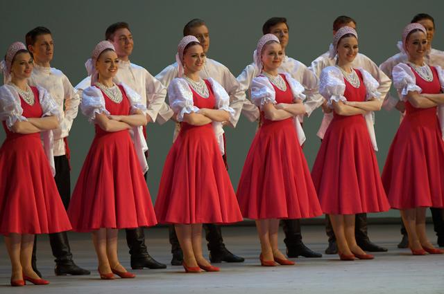 Вихри алого и белого в русском танце «Лето».