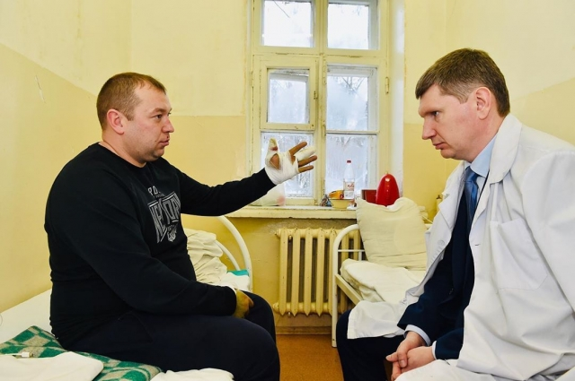 Раненого сотрудника Росгвардии навестил губернатор Пермского края Максим Решетников.