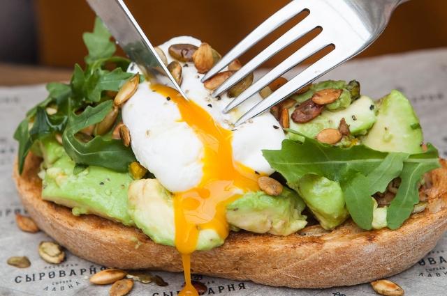Из авокадо можно приготовить большое количество вкусных блюд, но перед употреблением заморского фрукта сначала нужно выяснить, нет ли у вас на него аллергии.
