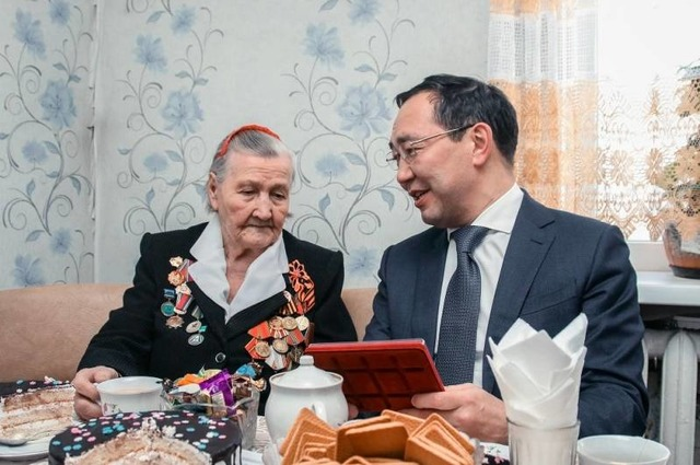 Айсен Николаев с обладательницей медали