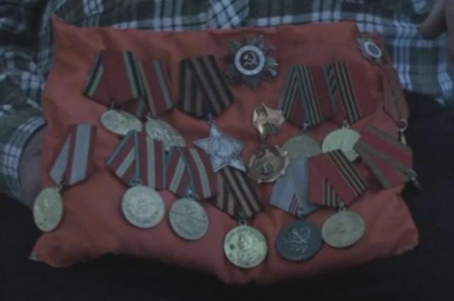 Награды ветеран хранит на специальной подушечке.