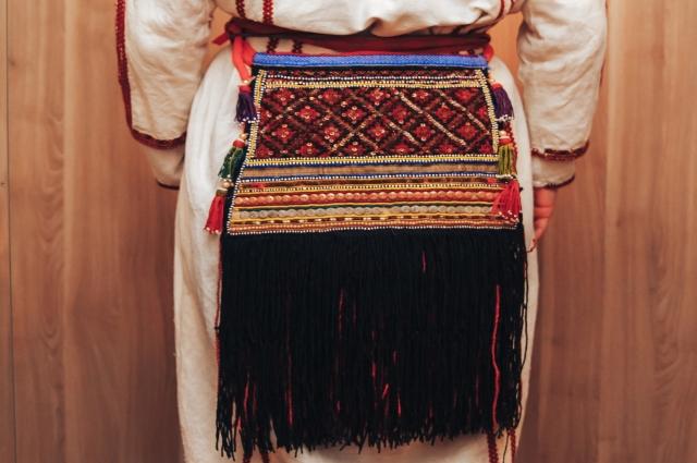 Главным атрибутом женской эрзянской одежды - набедренный пояс пулагай из чёрных нитей.