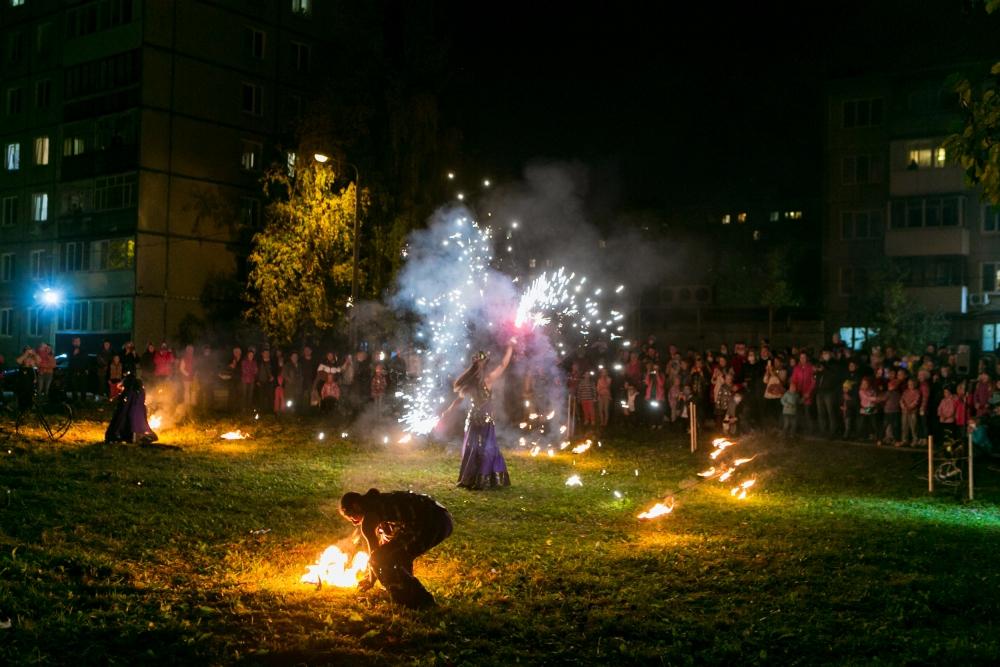 Огненное шоу для участников фестиваля.
