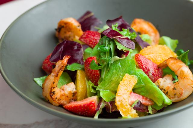 Салат с клубникой, креветками и тархуном