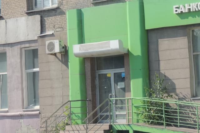Это здание почти в центре Челябинска пустует, банк закрылся пару лет назад