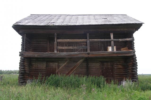Амбар на своем старом месте - на территории расселенной деревни Сухорукова.