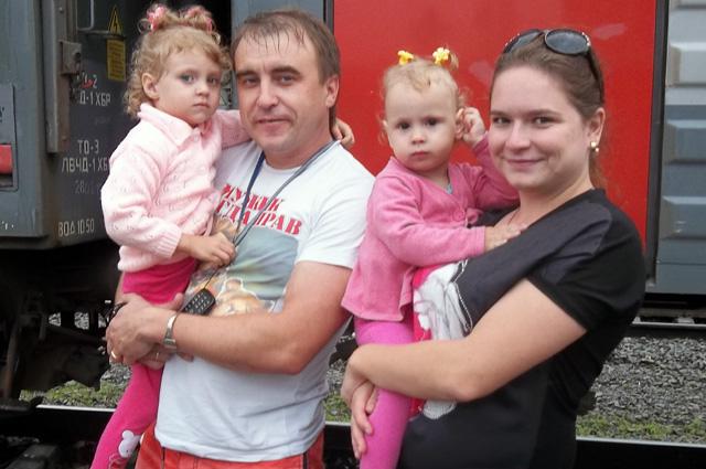 Андрей и Кристина везут дочек Таню и Лену домой.