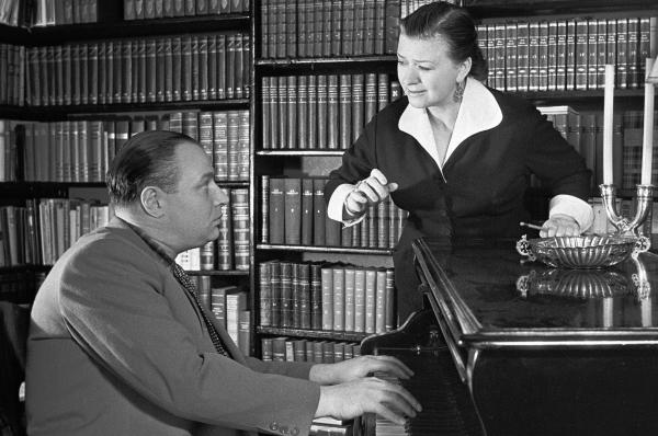 Мария Миронова и Александр Менакер готовятся к выступлению. 1959 год.