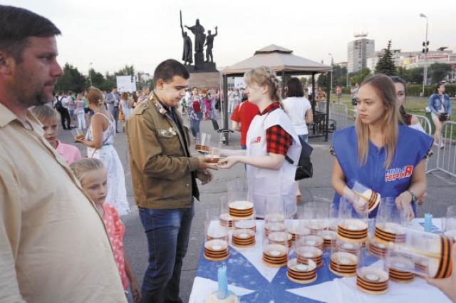 Пермякам раздали свечи, из которых они около монумента «Героям фронта и тыла» составили фразу: «Клянёмся помнить».
