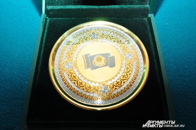 Флаг Казахстана на юбилейной медали.