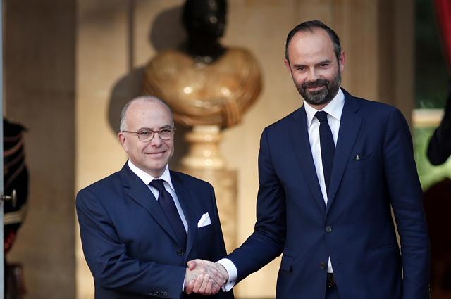 Назначенный премьер-министр Франции Эдуар Филипп (справа) с предшественником Бернаром Казневом.
