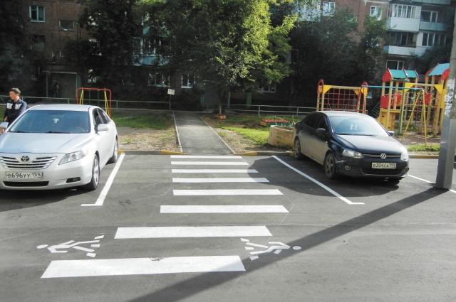 Для маломобильных граждан и молодых мам с колясками оборудовали удобные спуски с тротуаров.