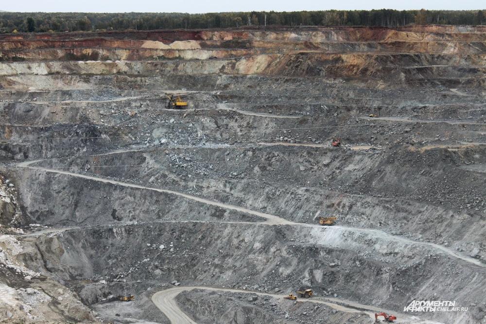Открытым способом золото добывают в карьере глубиной около 300 метров.