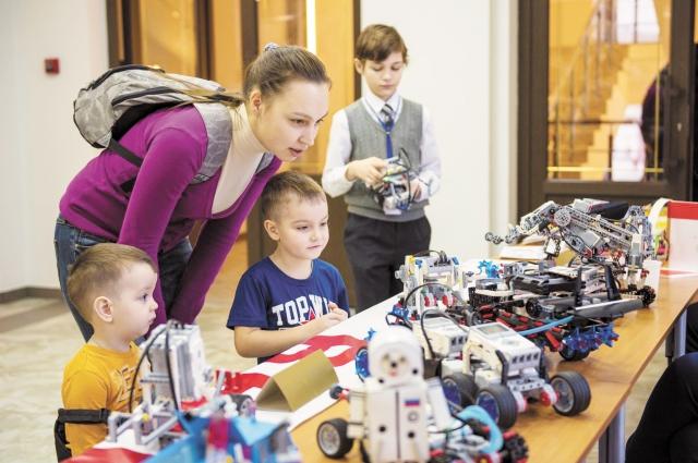 На выставке-ярмарке даже детям было интересно - их привлёк раздел робототехники.