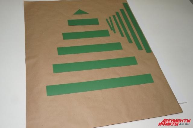 Вырезаем основу и фон панно нужного размера, делаем заготовки ёлочки.