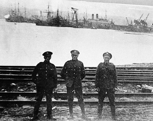 Матросы английской эскадры в Мурманском порту.