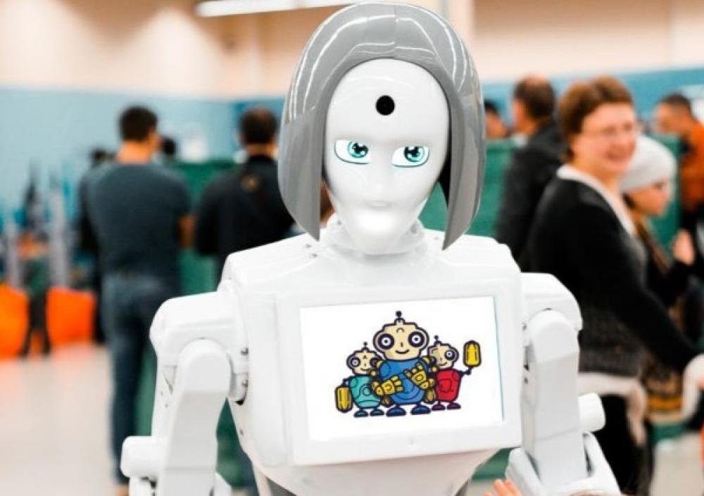 Девушка-робот Кики готова побеседовать с посетителями выставки.