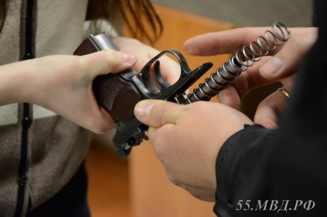 Журналист «АиФ в Омске» собирает пистолет Макарова.