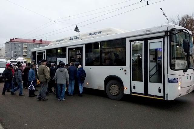 Пассажиры штурмуют автобус №30 в Уфе.