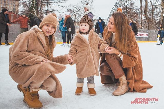 На прогулке слюбимыми дочками– 2-летней Алисой и9-летней Верой.