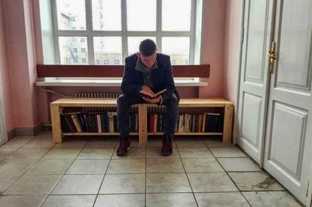 В перерывах между занятиям студенты читают книги.
