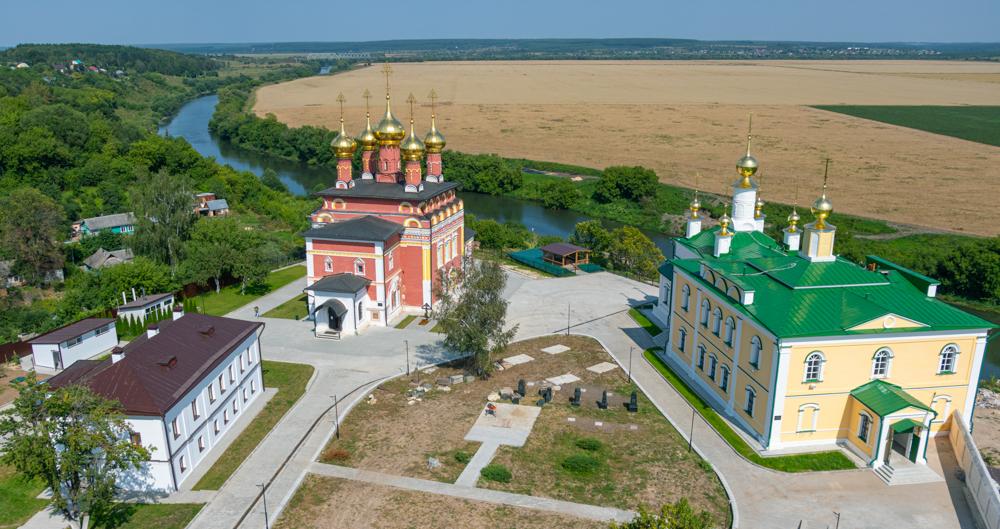 Приехать в монастырь в центре Белёва стоит хотя бы для живописных видов.