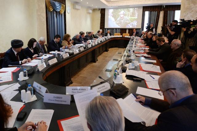 Члены Общественной палаты РФ во время слушаний в Общественной палате РФ, посвящённых обсуждению ситуации на Украине