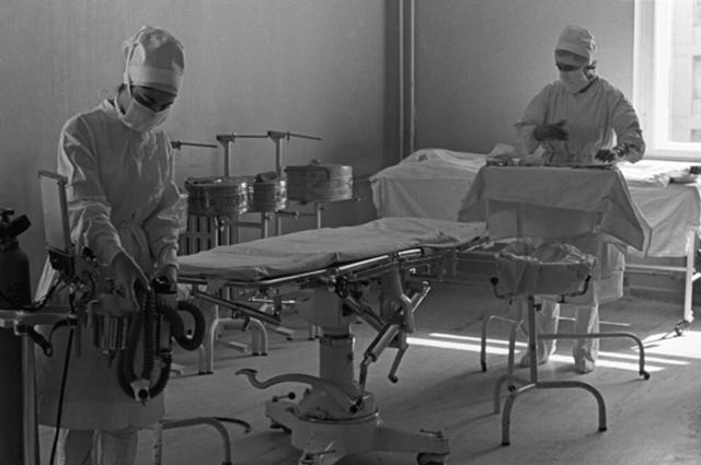 Медицинский персонал готовит хирургический блок к операции.