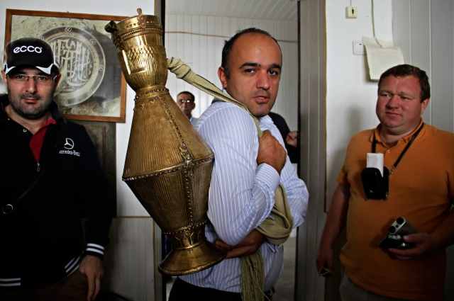 Кубачинский глава Расул Куртаев показывает, как надо правильно носить воду в мучалах.