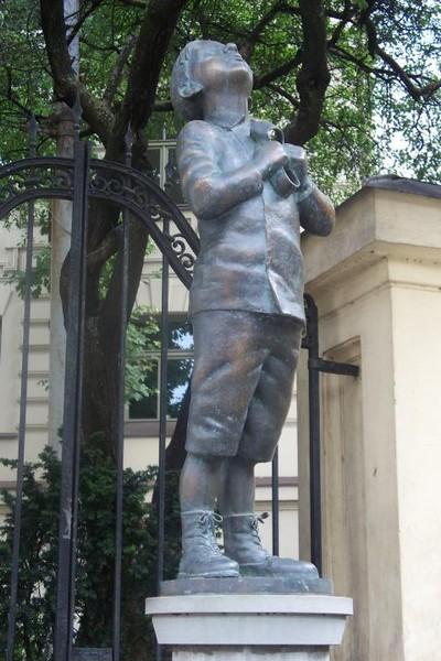 памятник мальчика с галошей в Вильнюсе