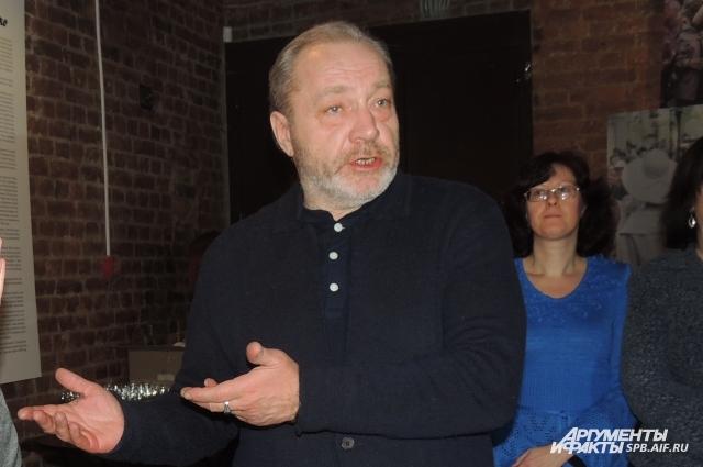 Уникальную экспозицию в Петербург привез муж актрисы, Сергей Сенин.