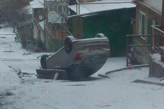Жители говорят о шести машинах, сорвавшихся с ледяной горы в разные годы.