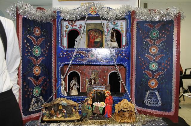 Красочные декорации для домашнего представления создаёт сама Татьяна и её подруги-художницы.